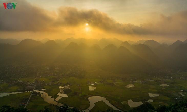 Bac Son rice fields turn yellow amid harvest season - ảnh 12