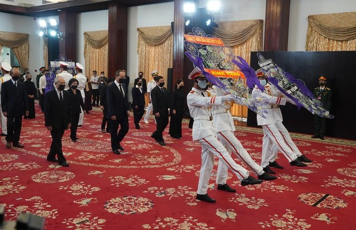 Delegations pay homage to former Party leader Le Kha Phieu - ảnh 10