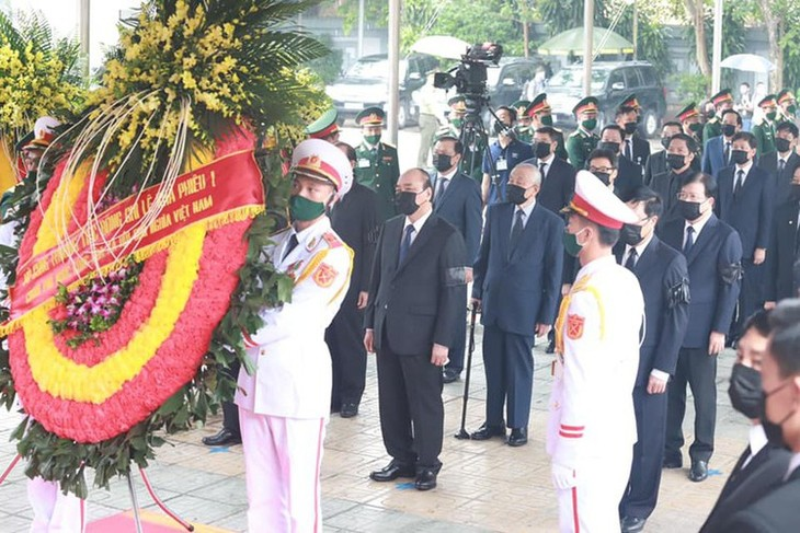 Delegations pay homage to former Party leader Le Kha Phieu - ảnh 1