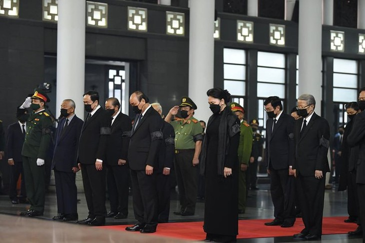 Delegations pay homage to former Party leader Le Kha Phieu - ảnh 2