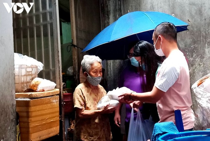 Charity provides frontline workers with free meals in COVID-19 fight - ảnh 10