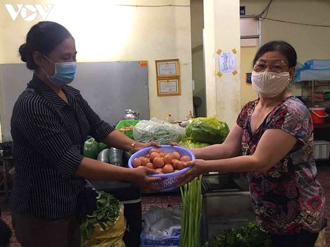 Charity provides frontline workers with free meals in COVID-19 fight - ảnh 11