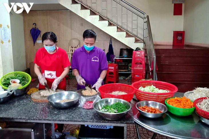 Charity provides frontline workers with free meals in COVID-19 fight - ảnh 1