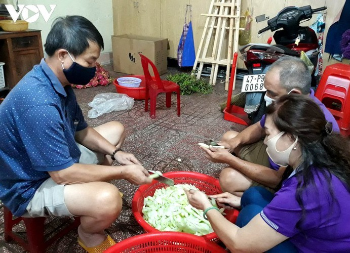 Charity provides frontline workers with free meals in COVID-19 fight - ảnh 2