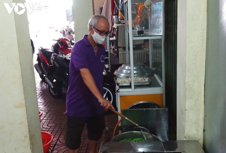 Charity provides frontline workers with free meals in COVID-19 fight - ảnh 3