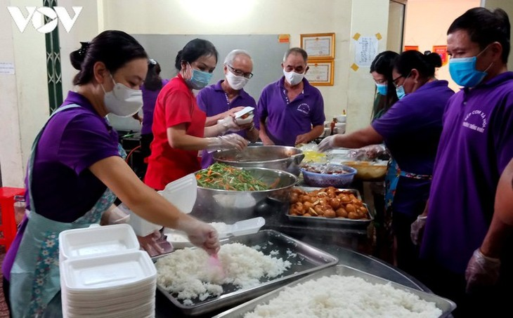 Charity provides frontline workers with free meals in COVID-19 fight - ảnh 4