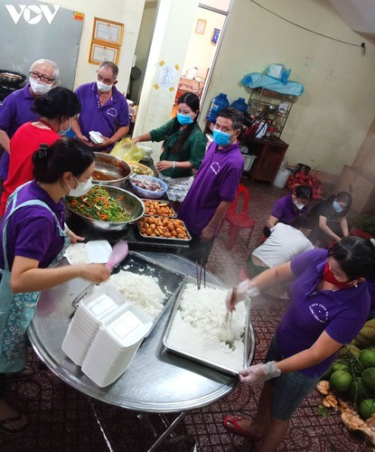 Charity provides frontline workers with free meals in COVID-19 fight - ảnh 5