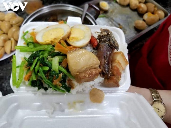 Charity provides frontline workers with free meals in COVID-19 fight - ảnh 6
