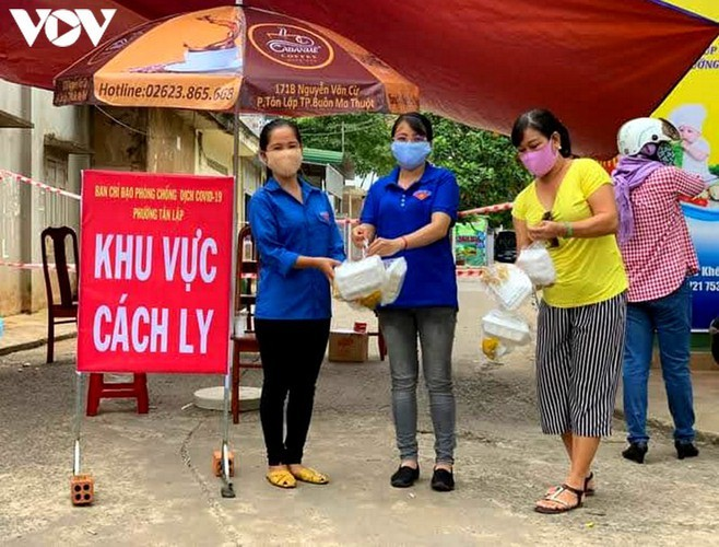 Charity provides frontline workers with free meals in COVID-19 fight - ảnh 8