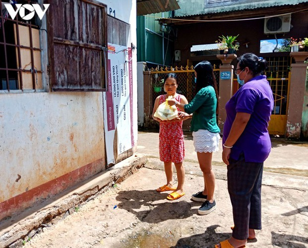 Charity provides frontline workers with free meals in COVID-19 fight - ảnh 9