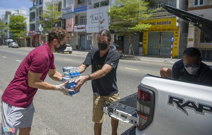 Foreigners unite with Da Nang in COVID-19 fight - ảnh 9