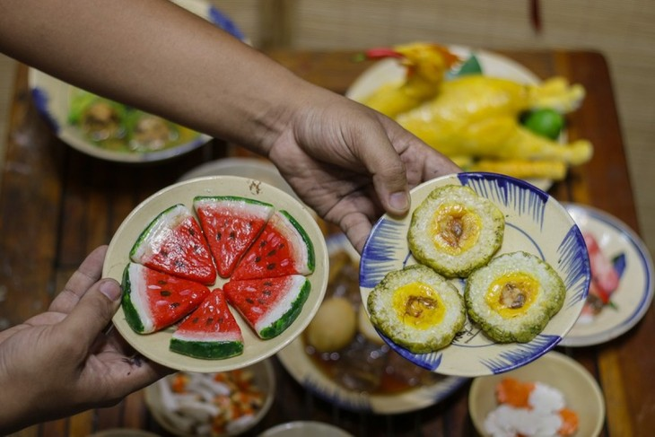 Unique Tet trays showcase national delicacies made from clay - ảnh 5