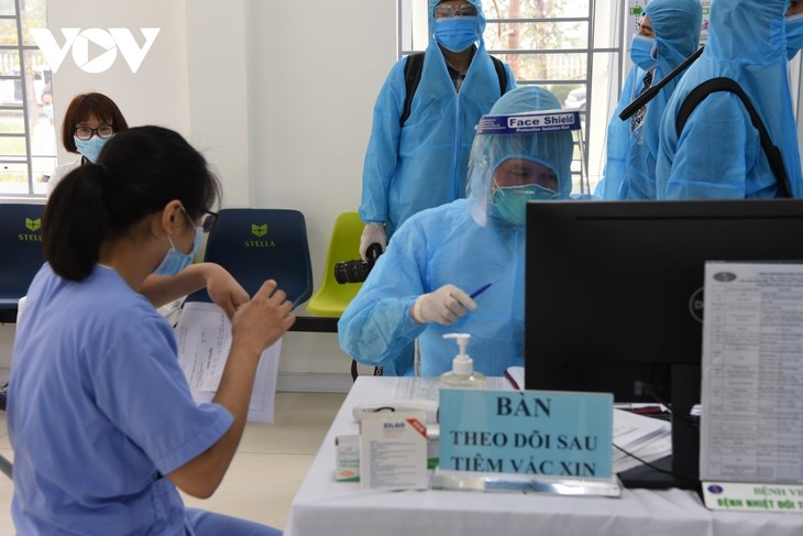 Female frontline healthcare workers get COVID-19 vaccine shot - ảnh 11