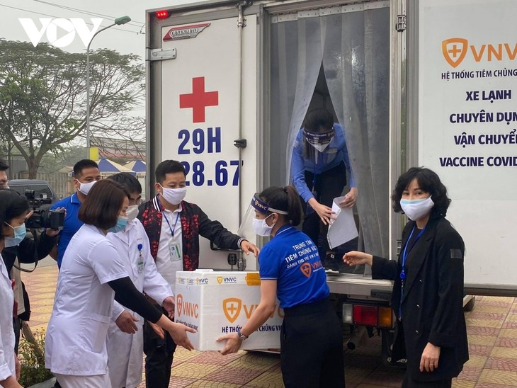 Female frontline healthcare workers get COVID-19 vaccine shot - ảnh 1