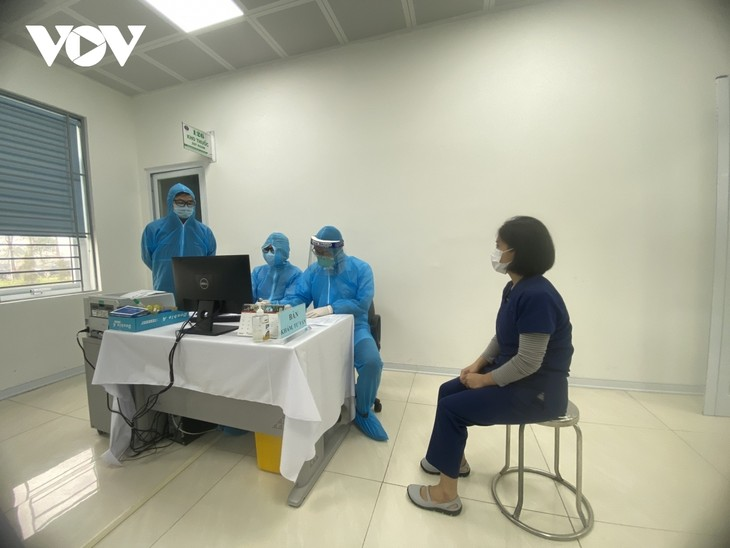 Female frontline healthcare workers get COVID-19 vaccine shot - ảnh 4
