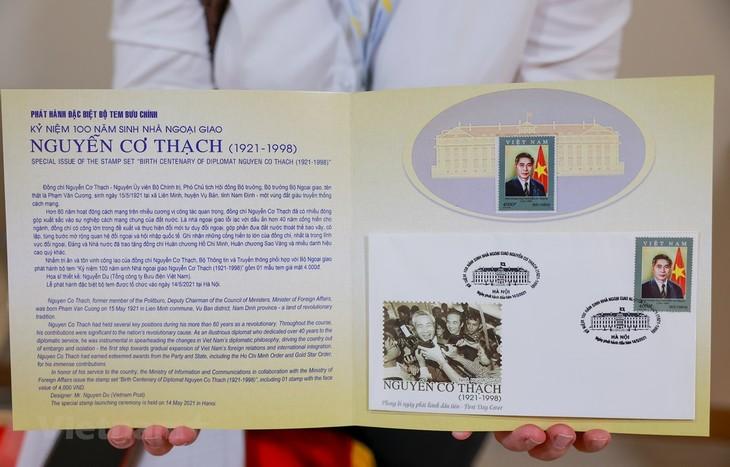 Lần đầu tiên phát hành một bộ tem về nhà ngoại giao Nguyễn Cơ Thạch - ảnh 1
