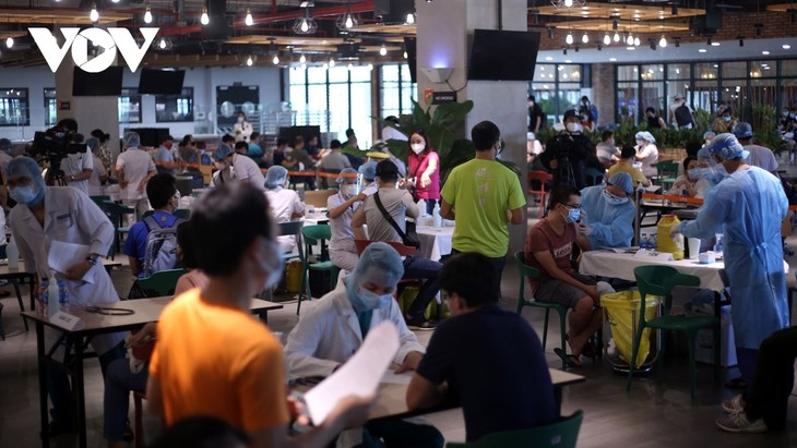 Thousands of HCM City workers get COVID-19 vaccine shot - ảnh 10