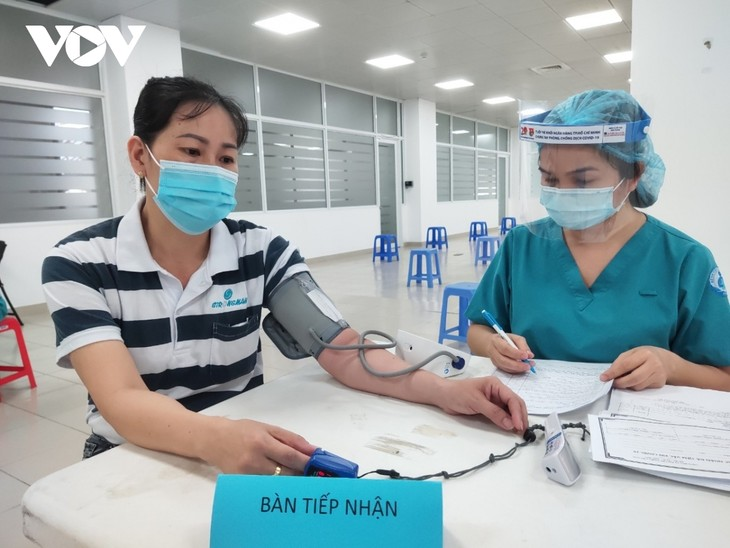 Thousands of HCM City workers get COVID-19 vaccine shot - ảnh 2