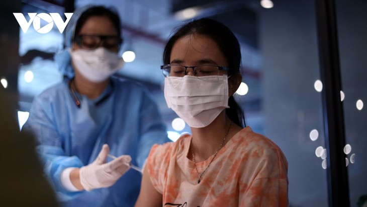 Thousands of HCM City workers get COVID-19 vaccine shot - ảnh 6