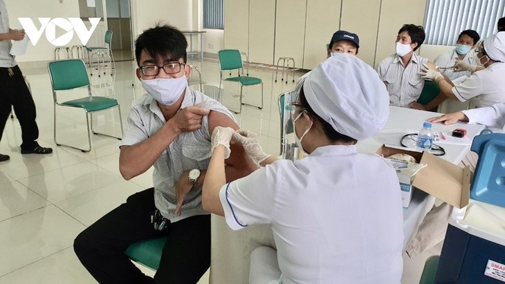 Thousands of HCM City workers get COVID-19 vaccine shot - ảnh 8