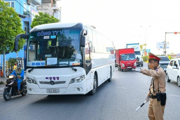 Hanoi erects 22 checkpoints at city entrances to control COVID-19 - ảnh 10