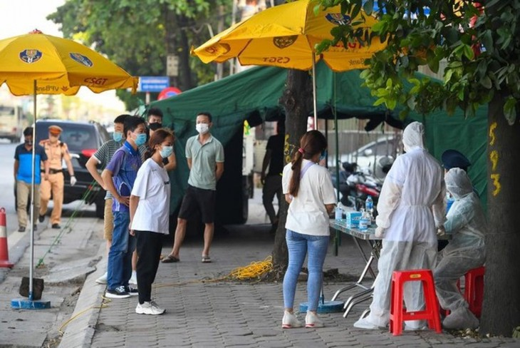Hanoi erects 22 checkpoints at city entrances to control COVID-19 - ảnh 11
