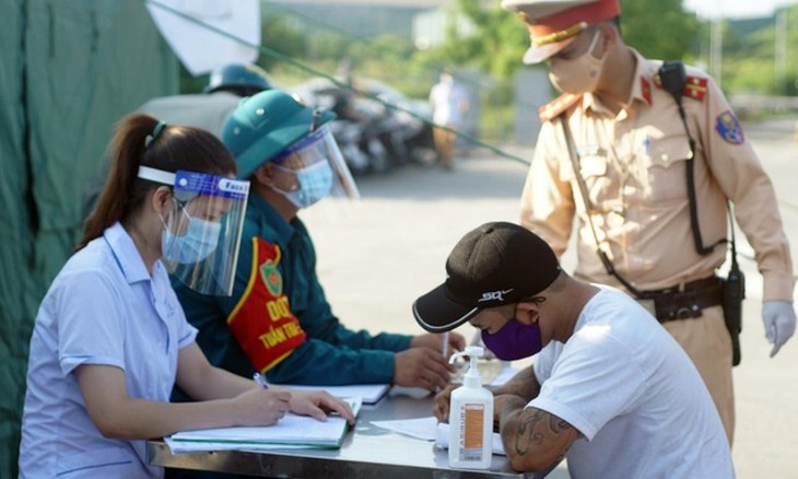 Hanoi erects 22 checkpoints at city entrances to control COVID-19 - ảnh 7