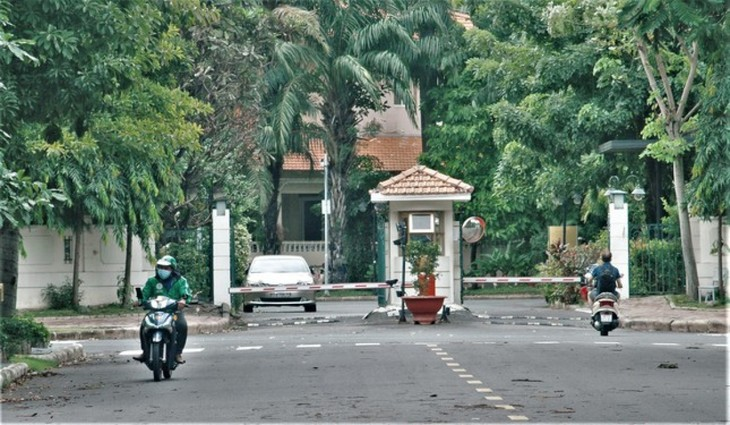 Foreigners follow social distancing rules in HCM City for COVID-19 fight - ảnh 2