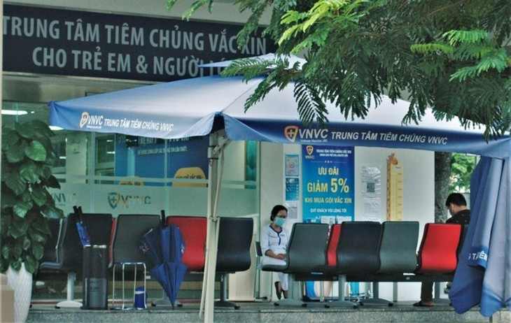 Foreigners follow social distancing rules in HCM City for COVID-19 fight - ảnh 7