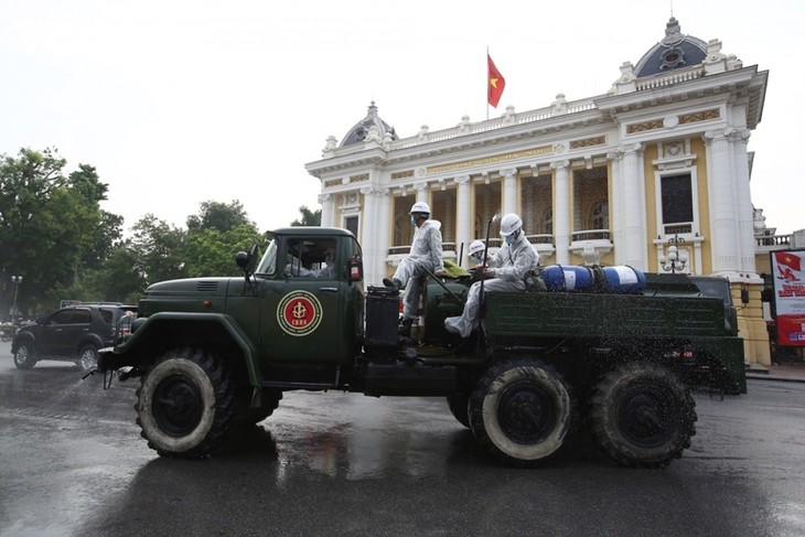 Armed forces disinfect Hanoi amid ongoing COVID-19 fight - ảnh 1