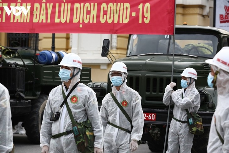 Armed forces disinfect Hanoi amid ongoing COVID-19 fight - ảnh 2