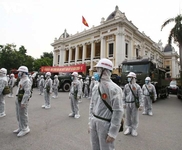 Armed forces disinfect Hanoi amid ongoing COVID-19 fight - ảnh 3
