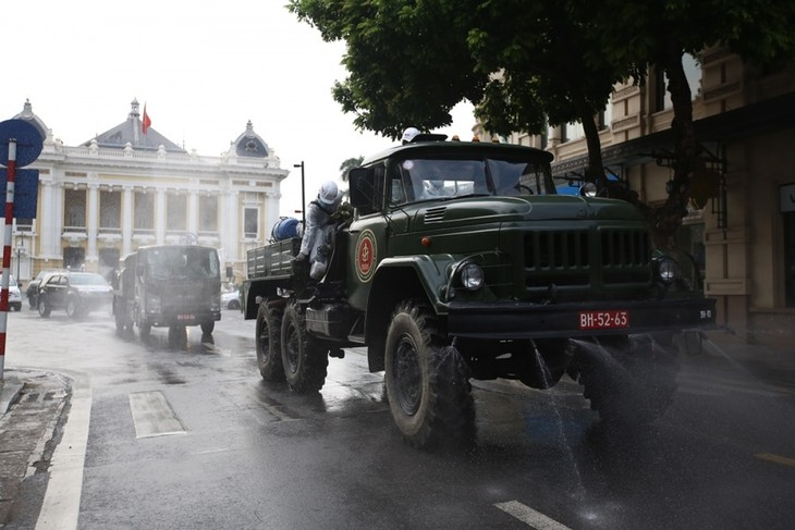 Armed forces disinfect Hanoi amid ongoing COVID-19 fight - ảnh 4
