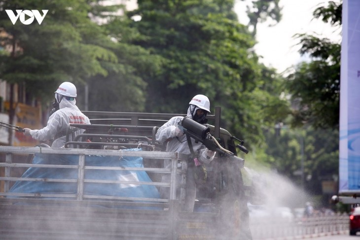 Armed forces disinfect Hanoi amid ongoing COVID-19 fight - ảnh 5