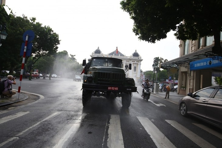 Armed forces disinfect Hanoi amid ongoing COVID-19 fight - ảnh 6