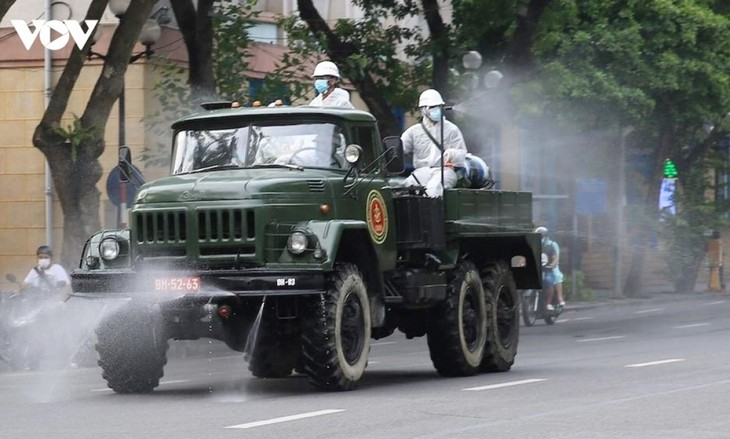 Armed forces disinfect Hanoi amid ongoing COVID-19 fight - ảnh 9
