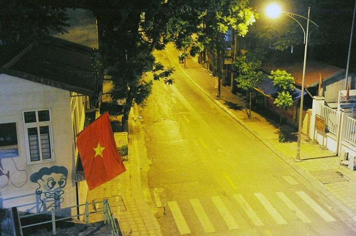 Hà Nội trong đêm giãn cách xã hội - ảnh 6
