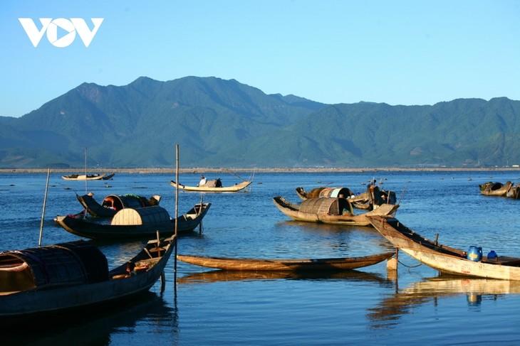 Discovering natural beauty and life in Cau Hai Lagoon - ảnh 10