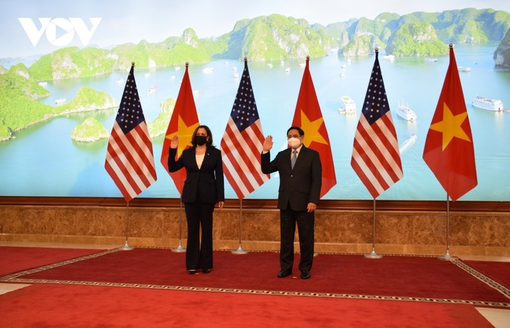 PM Chinh welcomes US Vice President Harris - ảnh 1