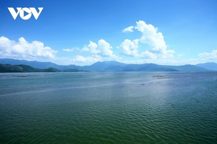 Discovering natural beauty and life in Cau Hai Lagoon - ảnh 1