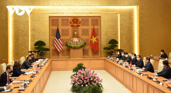 PM Chinh welcomes US Vice President Harris - ảnh 2