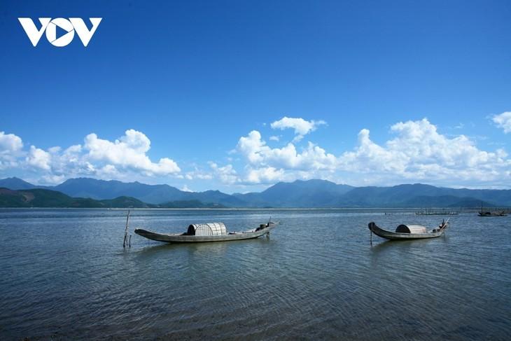 Discovering natural beauty and life in Cau Hai Lagoon - ảnh 2
