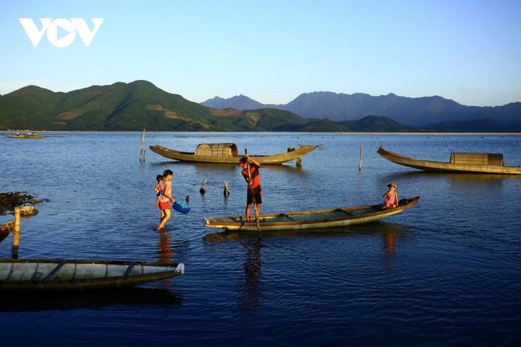 Discovering natural beauty and life in Cau Hai Lagoon - ảnh 4