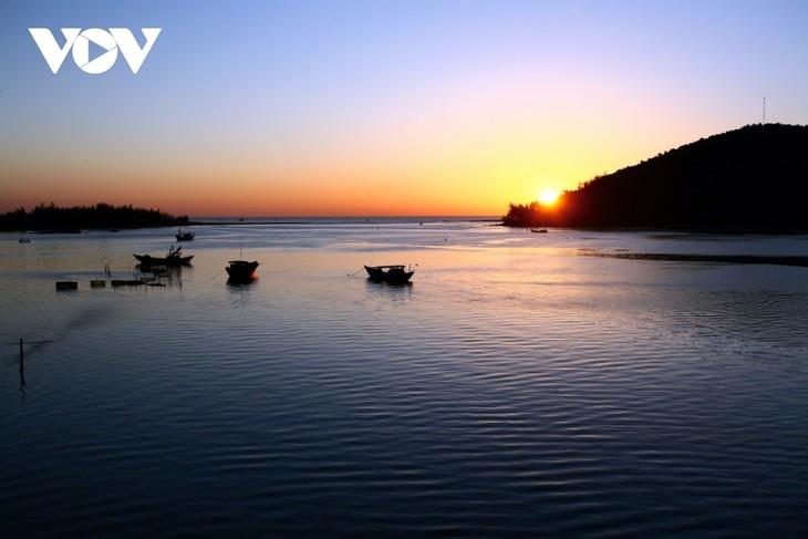 Discovering natural beauty and life in Cau Hai Lagoon - ảnh 9