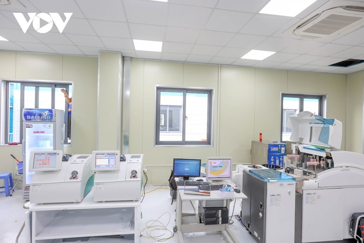Inside largest field hospital in Hanoi for COVID-19 treatment - ảnh 12