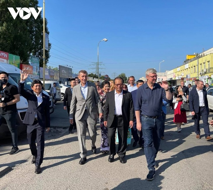 Czech PM has haircut, shops at Vietnamese owned trading centre in Prague - ảnh 2