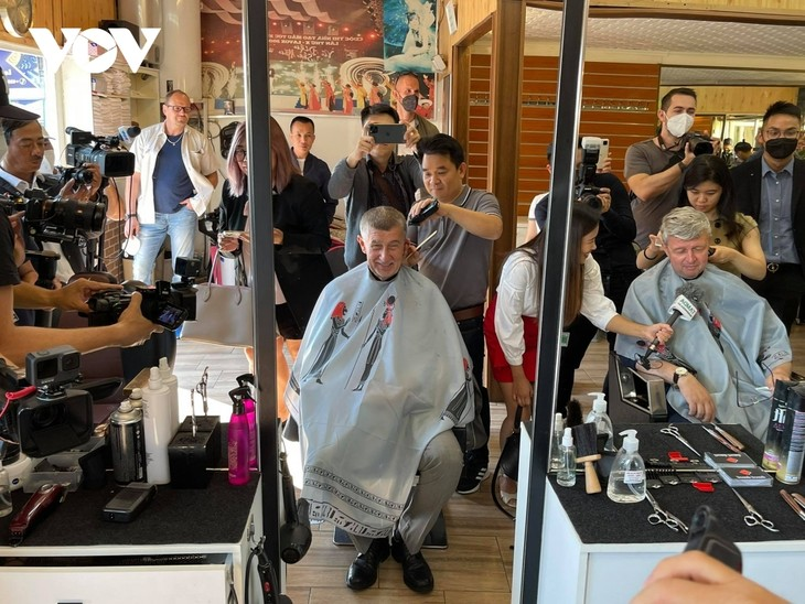 Czech PM has haircut, shops at Vietnamese owned trading centre in Prague - ảnh 3