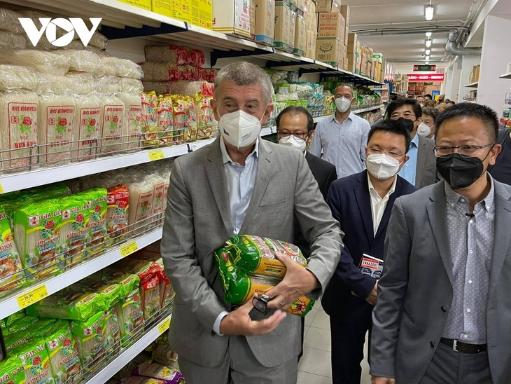 Czech PM has haircut, shops at Vietnamese owned trading centre in Prague - ảnh 4