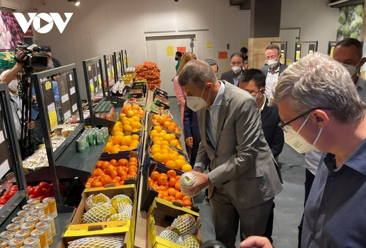 Czech PM has haircut, shops at Vietnamese owned trading centre in Prague - ảnh 5
