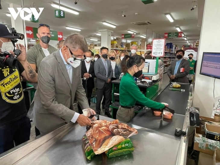 Czech PM has haircut, shops at Vietnamese owned trading centre in Prague - ảnh 6